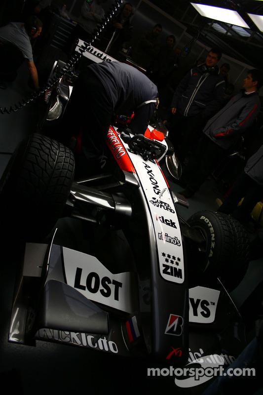 La MF1 Racing M16 dans le garage