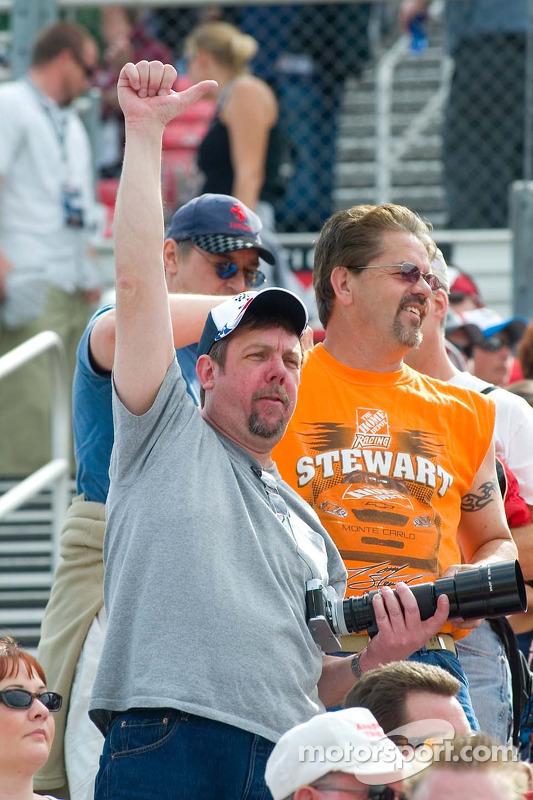 Des fans de Tony Stewart avant la course