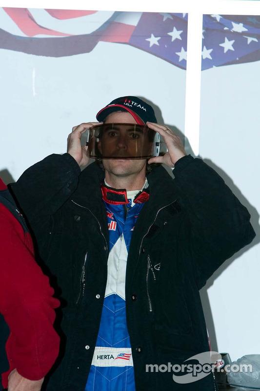 Le pilote de l'équipe des Etats-Unis Bryan Herta nettoie son écran