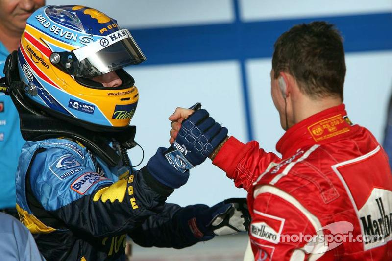 Ganador de la carrera Fernando Alonso felicitado por Michael Schumacher