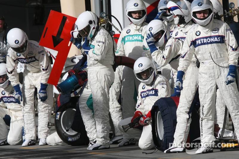 Esperan los miembros del equipo BMW Sauber de Nick Heidfeld