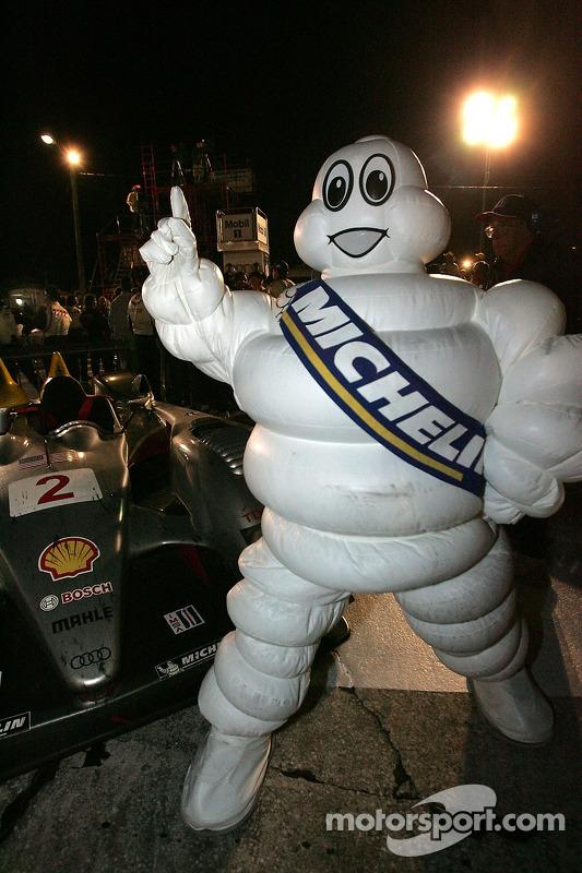 Les hommes de Michelin fêtent la victoire