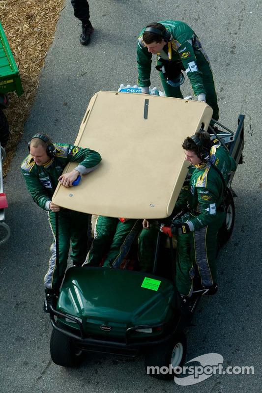 Les équipes bougent du paddock sur la voie des stands
