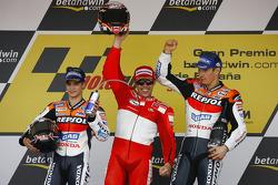 Podium: Sieger Loris Capirossi mit Dani Pedrosa und Nicky Hayden