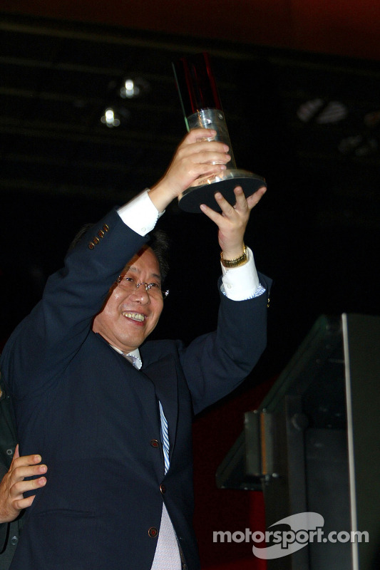 Liu Yu (CHN) accepte le trophée du meilleur promoteur de A1GP
