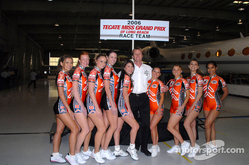 Memo Gidley avec les concurrentes de Miss Grand Prix de Long Beach