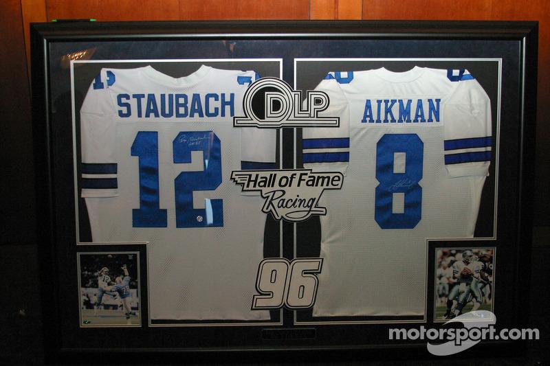Des maillots dédicacés dans le Hall of Fame