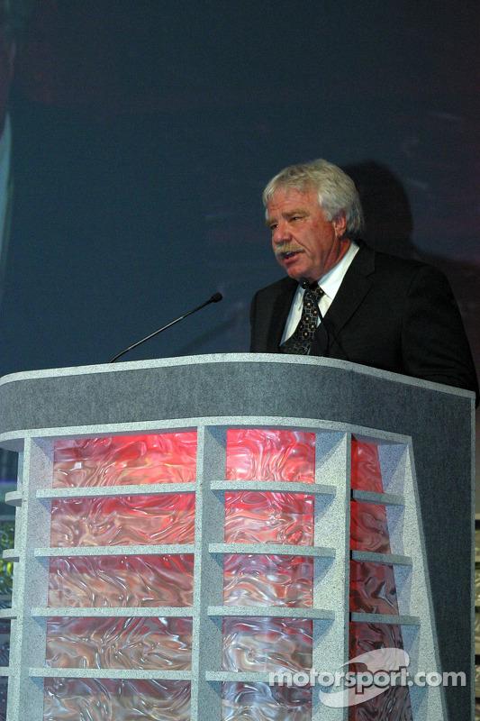 Raymond Beadle accepte l'award du Bruton Smith Legends