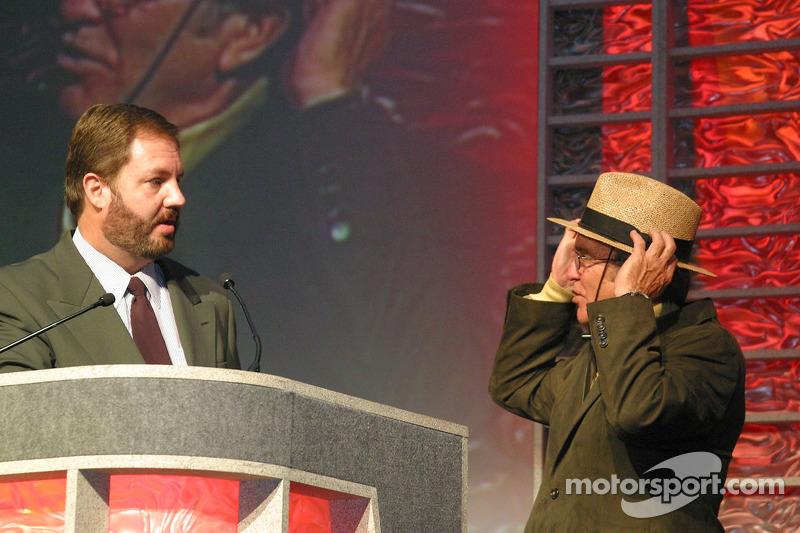 Eddie Gossage demande à Jack Roush si il donnera son chapeau