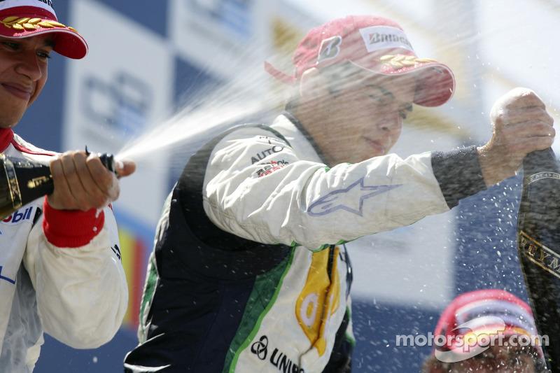 Nelson A. Piquet fête sa victoire sur le podium