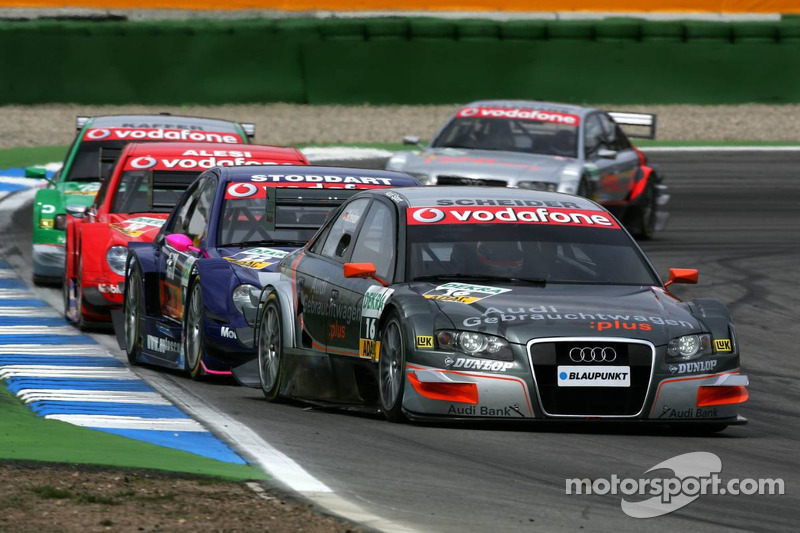 Timo Scheider emmène un groupe de voitures en début de course