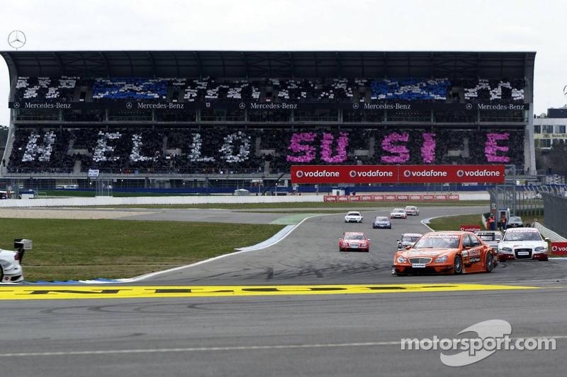 Spectateurs de Mercedes Benz dans la tribune ont une surprise pour Susie Stodart durant le tour de chauffe