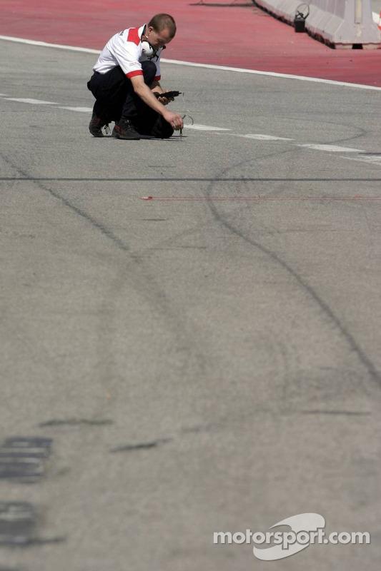 Ingénieur Bridgestone prend la température de la piste