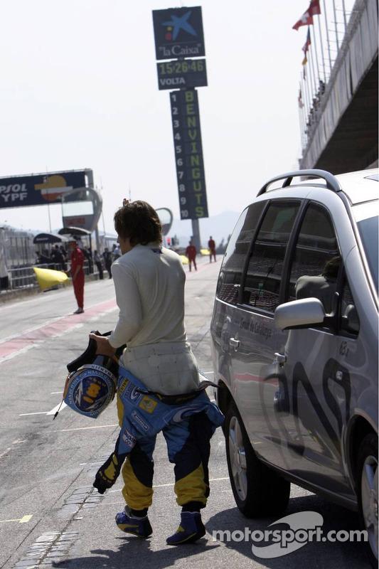 Fernando Alonso de retour dans la ligne des stands après avoir été arrêté sur la piste