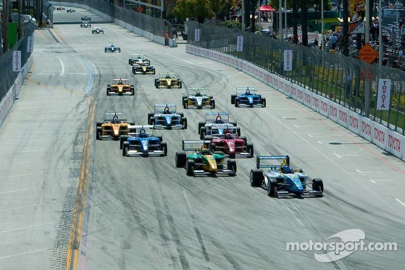 Départ de la course, les voitures approchent le virage 1