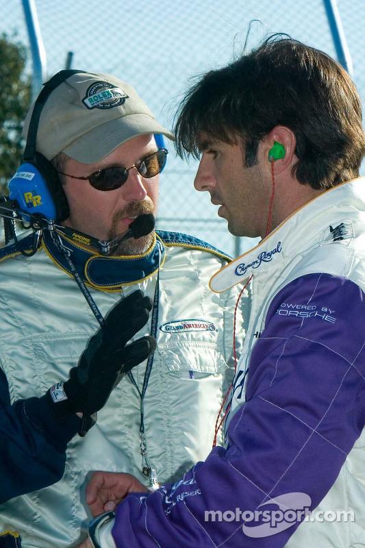 Christian Fittipaldi écoute un employé de course