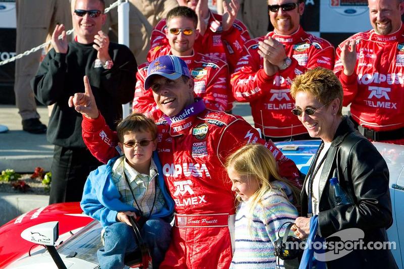 Le vainqueur Scott Pruett et sa famille