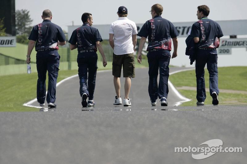 Scott Speed et l'ingénieur de course Stefano Sordo avec ses ingénieurs