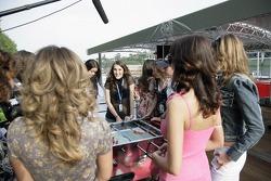 Jeudi refroidi: les jeunes femmes de l'équipe Red Bull Energy Station jouent au baby-foot avec Scott Speed