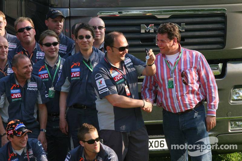 Le directeur général de MAN Truck et Bert van Hasselt remet les clés à Colin Kolles, le team principal de Midland MF1 Racing