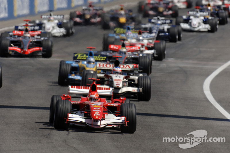Start: Michael Schumacher takes the lead