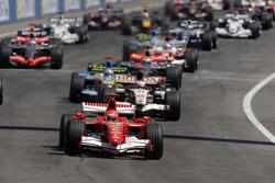Largada: Michael Schumacher pega a liderança