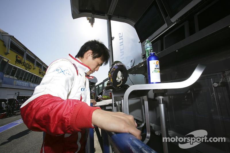 Hiroki Yoshimoto se réchauffe