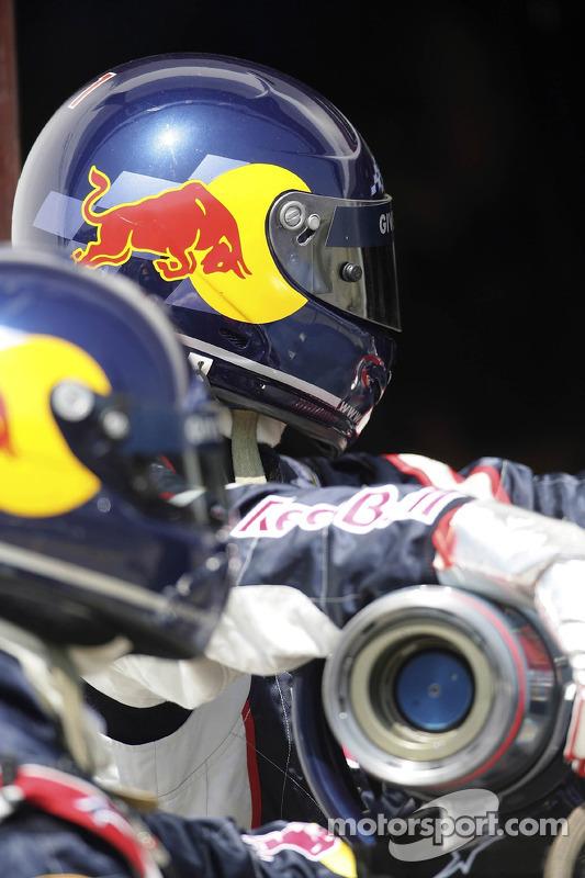 L'équipe des stands de Red Bull Racing avec la valve de carburant