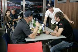 Scott Speed et Gerhard Berger dans la station de Red Bull Energy