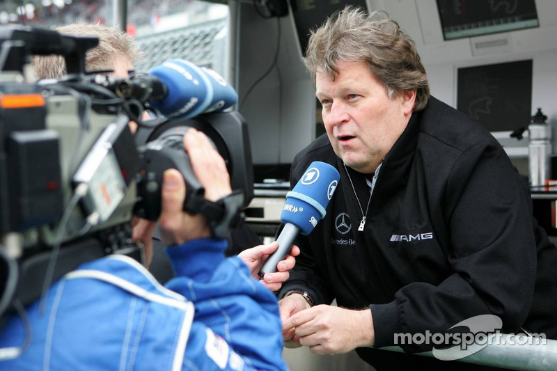 Norbert Haug donne une interview pour la télévision