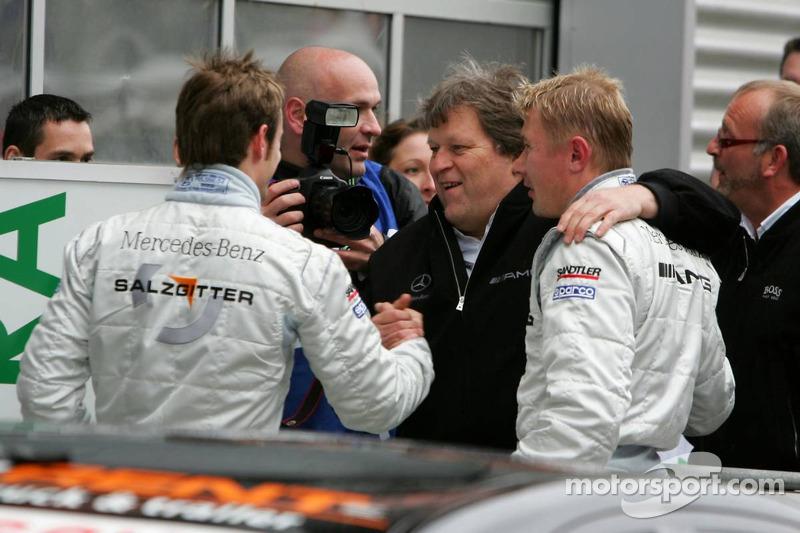 Norbert Haug félicite Jamie Green et Mika Häkkinen