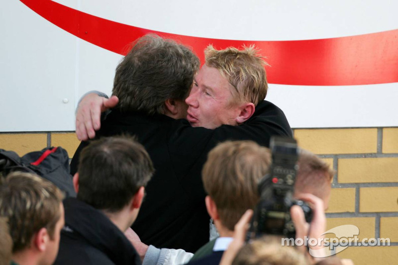 Le vainqueur de la course Bernd Schneider félicité par Norbert Haug
