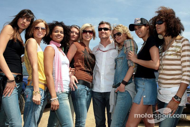 Red Bull: David Coulthard avec des jeunes femmes Formule 1
