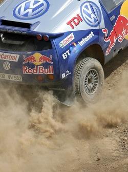 Red Bull goes off track: Robert Doornbos and Giniel de Villiers in a Volkswagen Touareg
