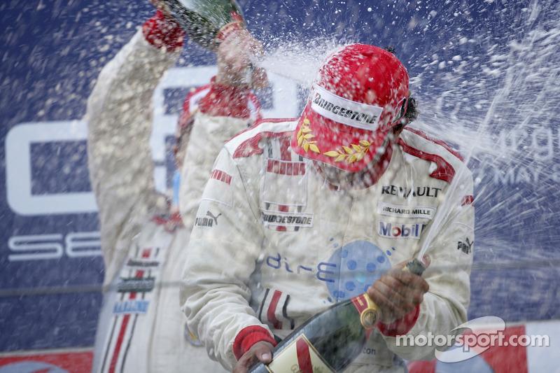 Lewis Hamilton sur le point d'arroser au champagne