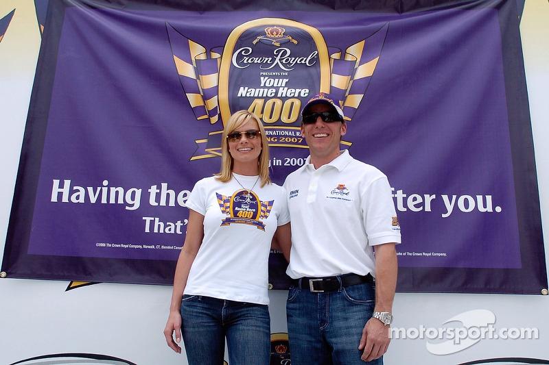 L'actrice Jaime Pressly avec le pilote de la NASCAR Jamie McMurray