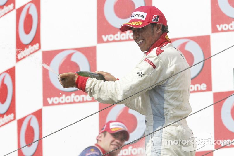 Lewis Hamilton, vainqueur de la course, asperge de champagne