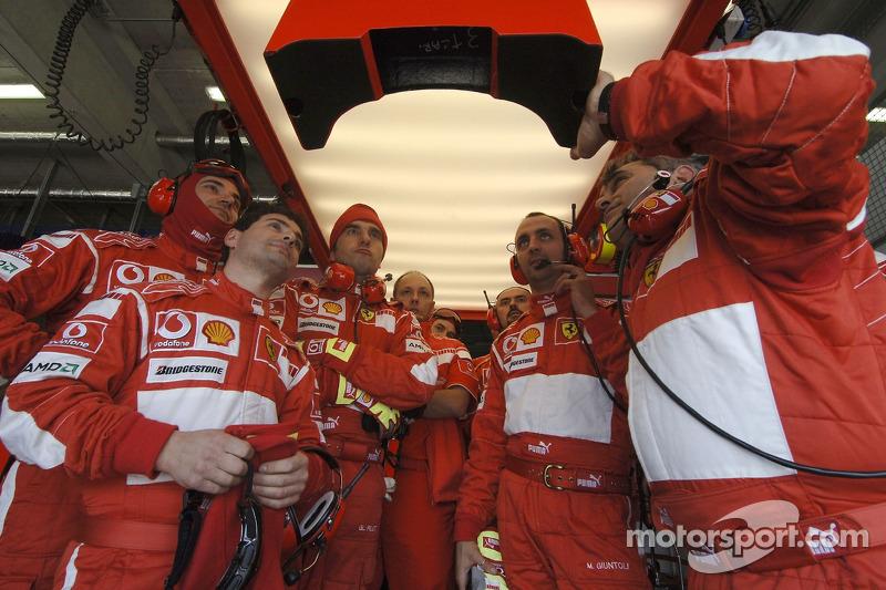 Механики Ferrari следят за квалификацией
