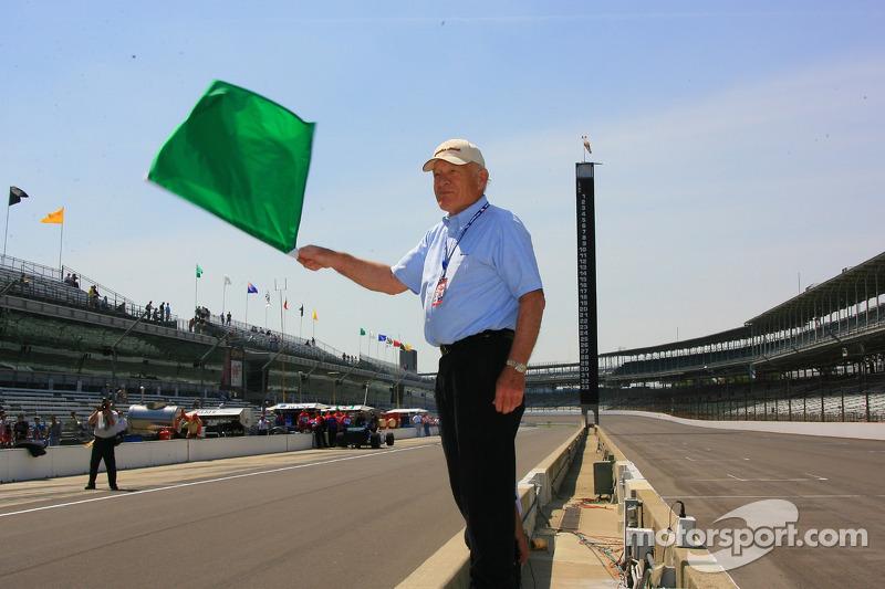 Bill Spoerle, le chef de la restauration de IMS Hall of Fame Museum, agîte le drapeau vert