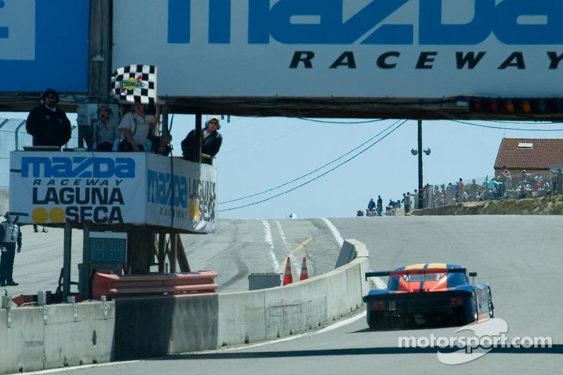 Drapeau à damier pour la #10 Suntrust Racing #10