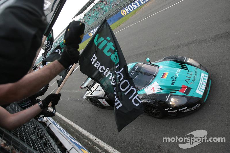 Le vainqueur de la course #1 Vitaphone Racing Team Maserati MC 12 GT1: Michael Bartels, Andrea Bertolini