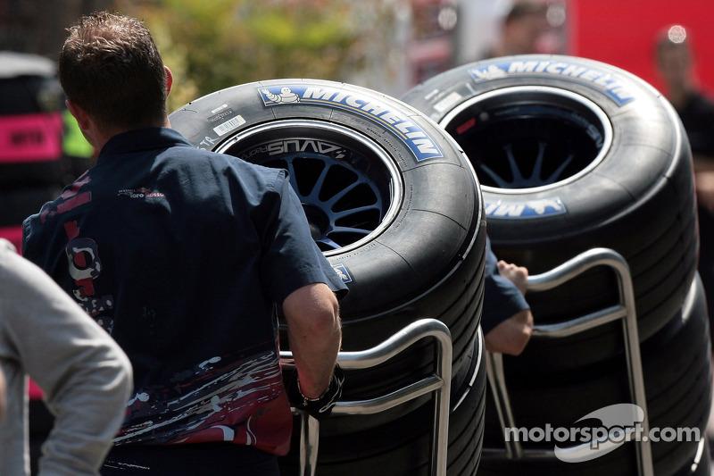 Un membre de l'équipe Scuderia Toro Rosso avec des pneus Michelin