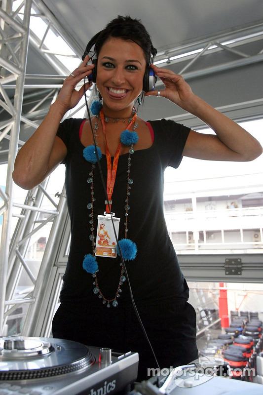 Une jeune femme de la Formule 1 dans le Red Bull Energy Station