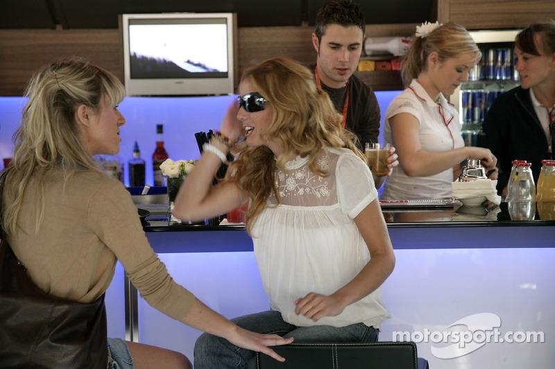 Des jeunes femmes de la Formule 1 dans le Red Bull Energy Station