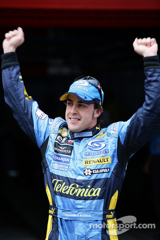 El ganador de la pole, Fernando Alonso celebra