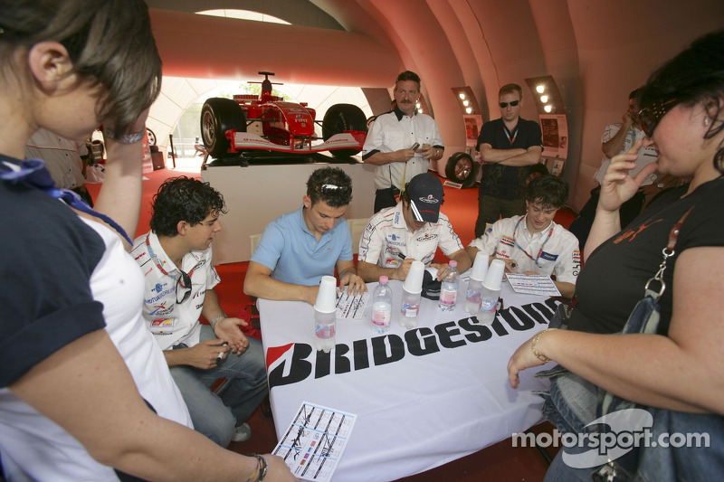 Adrian Valles, Sergio Hernandez, Felix Porteiro, et Javier Villa signent des autographes
