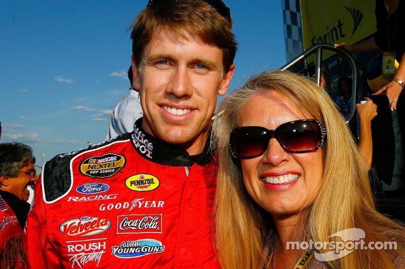 Carl Edwards pose pour une photo avec sa mère, Nancy Sterling