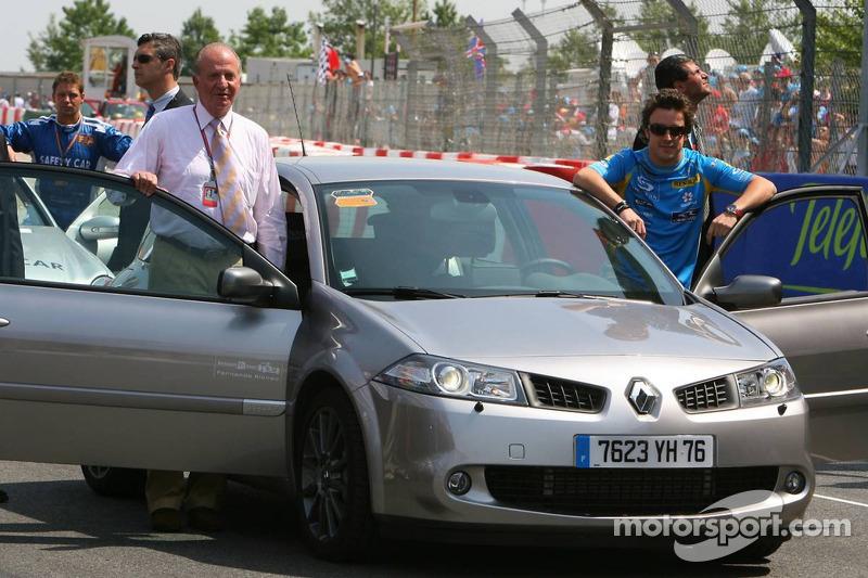 Le roi d'Espagne uan Carlos I et Fernando Alonso prêt pour un tour du circuit dans une Renault Mégane