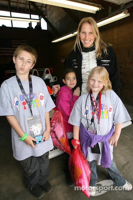 Salvation Army kids: Liz Halliday pose avec de jeunes fans