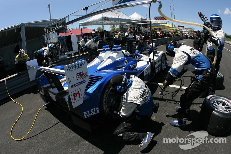 Arrêt au stand pour #16 Dyson Racing Team Lola B06/10 AER: James Weaver, Butch Leitzinger